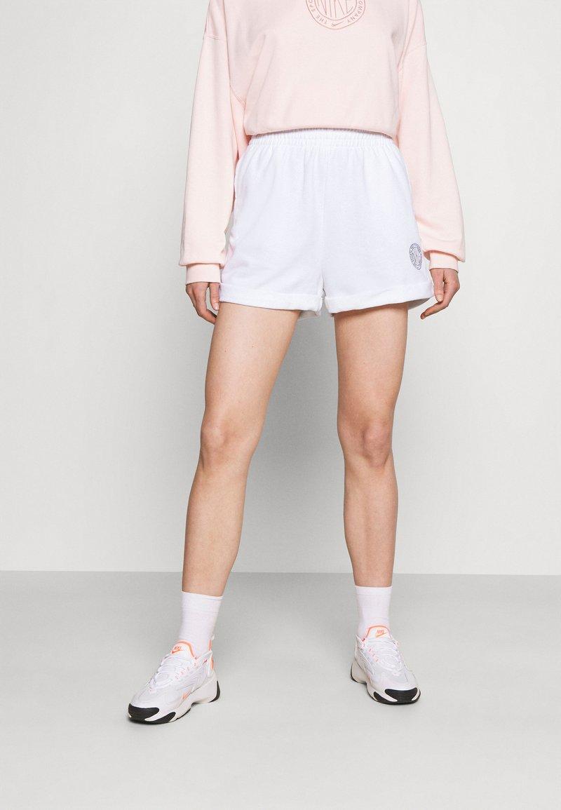 Nike Sportswear - FEMME - Shorts - white/smoke grey