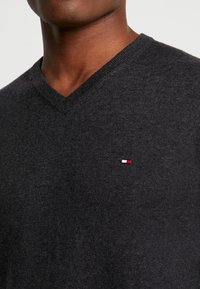Tommy Hilfiger - BLEND VNECK - Strikkegenser - jet black heather - 4