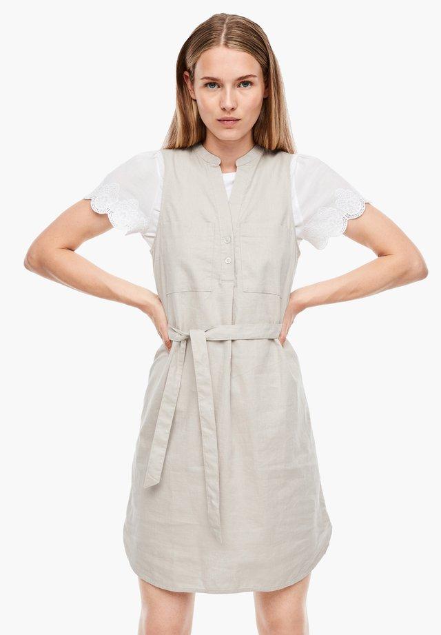 MIT GÜRTEL - Korte jurk - beige