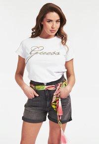 Guess - GUESS T-SHIRT LOGO APPLIKATIONEN - Print T-shirt - weiß - 2