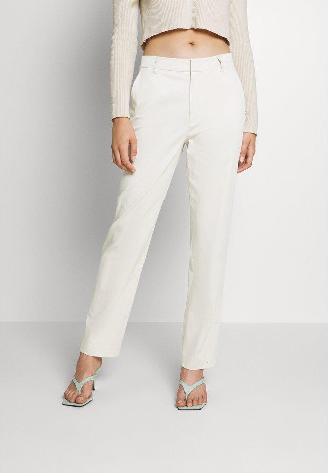 ABOTT REGULAR FIT IN MERCERIZED - Chino kalhoty - off white