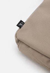 Calvin Klein Jeans - SPORT ESSENTIALREPORTER UNISEX - Sac bandoulière - crockery - 3