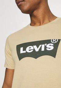 Levi's® - HOUSEMARK GRAPHIC TEE - Print T-shirt - beige/sand - 4
