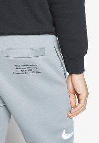Nike Sportswear - M NSW PANT FT - Verryttelyhousut - particle grey - 3