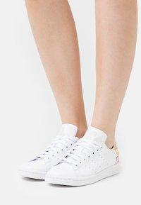 adidas Originals - STAN SMITH - Zapatillas - footwear white/halo ivory - 3