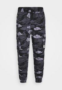 SIKSILK - CAMO AOKI PANT - Reisitaskuhousut - black/grey - 3