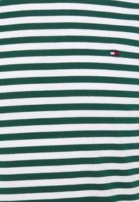Tommy Hilfiger - STRETCH SLIM FIT TEE - T-shirt - bas - green - 2