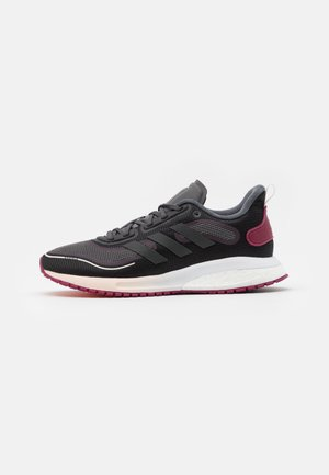 SUPERNOVA BOOST BOUNCE COLD.RDY RUNNING SHOES - Scarpe running neutre - core black/night metallic/power berry