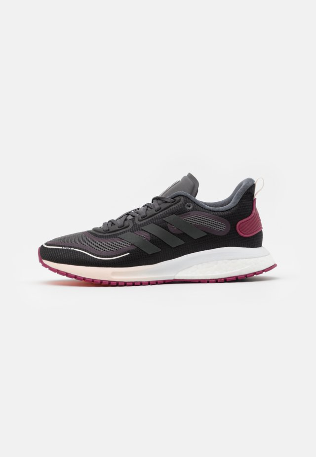 SUPERNOVA BOOST BOUNCE COLD.RDY RUNNING SHOES - Neutrální běžecké boty - core black/night metallic/power berry