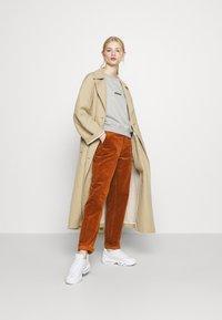Carhartt WIP - PIERCE PANT - Pantalon classique - brandy - 1