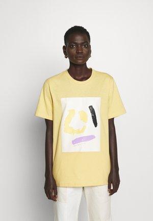 MURPHY - T-shirt med print - yellow