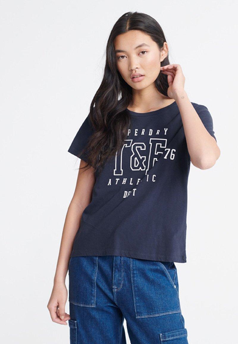 Superdry - TRACK & FIELD  - Print T-shirt - navy