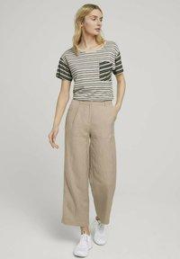 TOM TAILOR - Print T-shirt - beige black offwhite stripe - 1