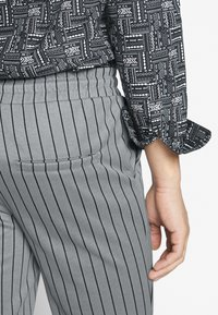 Only & Sons - ONSDESMOND - Tracksuit bottoms - griffin/black - 5