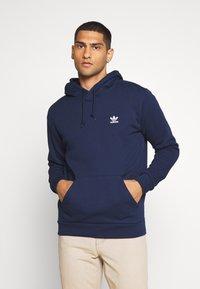 adidas Originals - ESSENTIAL HOODY UNISEX - Jersey con capucha - conavy - 0