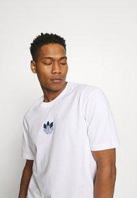 adidas Originals - TEE UNISEX - T-shirt med print - white/crew blue - 3