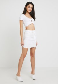 Pieces - PCAIA SKIRT  - Farkkuhame - bright white - 1