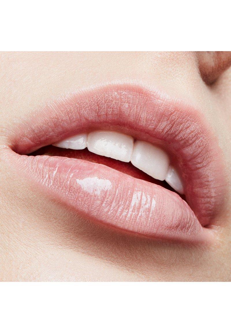 MAC - LIPGLASS - Lip gloss - showing skin