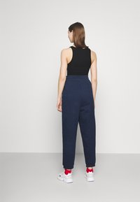 Tommy Jeans - RELAXED BADGE PANT - Tracksuit bottoms - twilight navy - 2