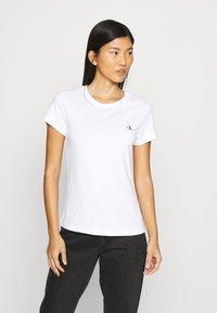 Calvin Klein Jeans - 2 PACK - Print T-shirt - bright white - 3