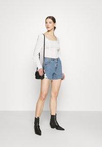 Vero Moda - VMNINETEEN CROCHET - Shorts di jeans - light blue denim - 1