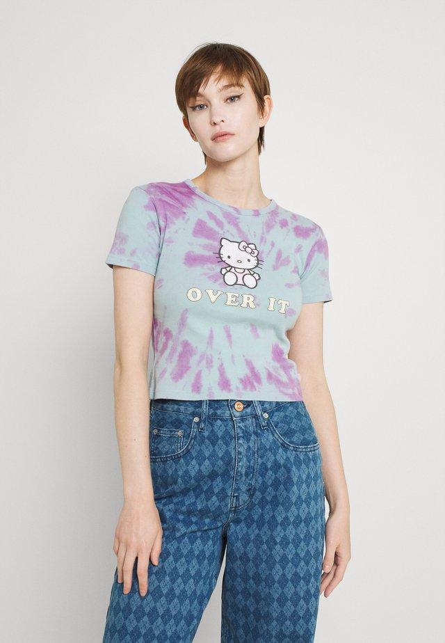HELLO OVER IT TIE DYE BABY TEE - Print T-shirt - purple/blue