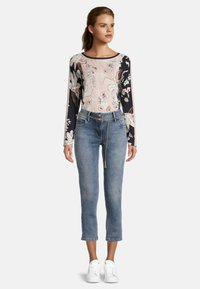 Betty Barclay - MIT WASCHUNG - Straight leg jeans - light blue denim - 1