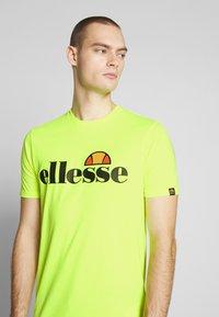 Ellesse - PRADO - Printtipaita - neon yellow - 5