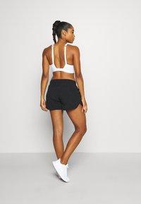Sweaty Betty - TRACK AND FIELD RUNNING SHORTS - Pantalón corto de deporte - black - 2