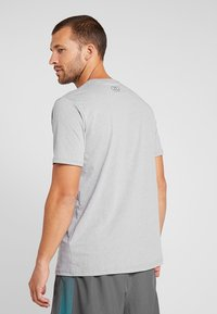 Under Armour - FAST LEFT CHEST 2.0  - Print T-shirt - steel light heather - 2
