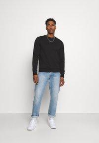 Calvin Klein Jeans - LOGO CREW NECK UNISEX - Sweatshirt - black - 1