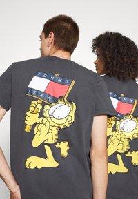 Tommy Jeans - ABO TJU X GARFIELD TEE UNISEX - T-Shirt print - blackout - 5