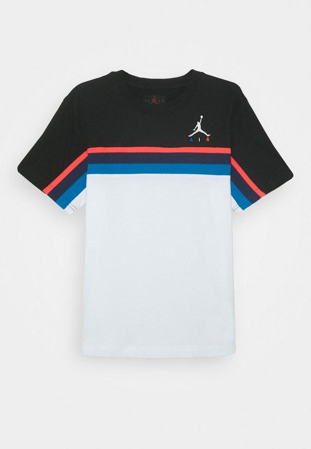 JUMPMAN SIDELINE TEE - T-shirt imprimé - white