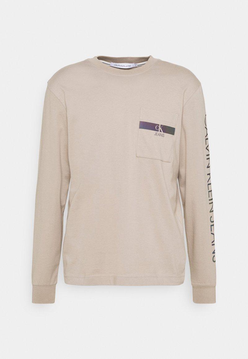 Calvin Klein Jeans - IRIDESCENT POCKET TEE UNISEX - Maglietta a manica lunga - beige