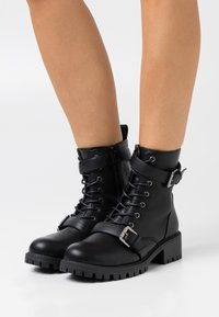 Rubi Shoes by Cotton On Wide Fit - WIDE FIT DUA LACE UP BUCKLE BOOT - Stivaletti texani / biker - black pebble - 0