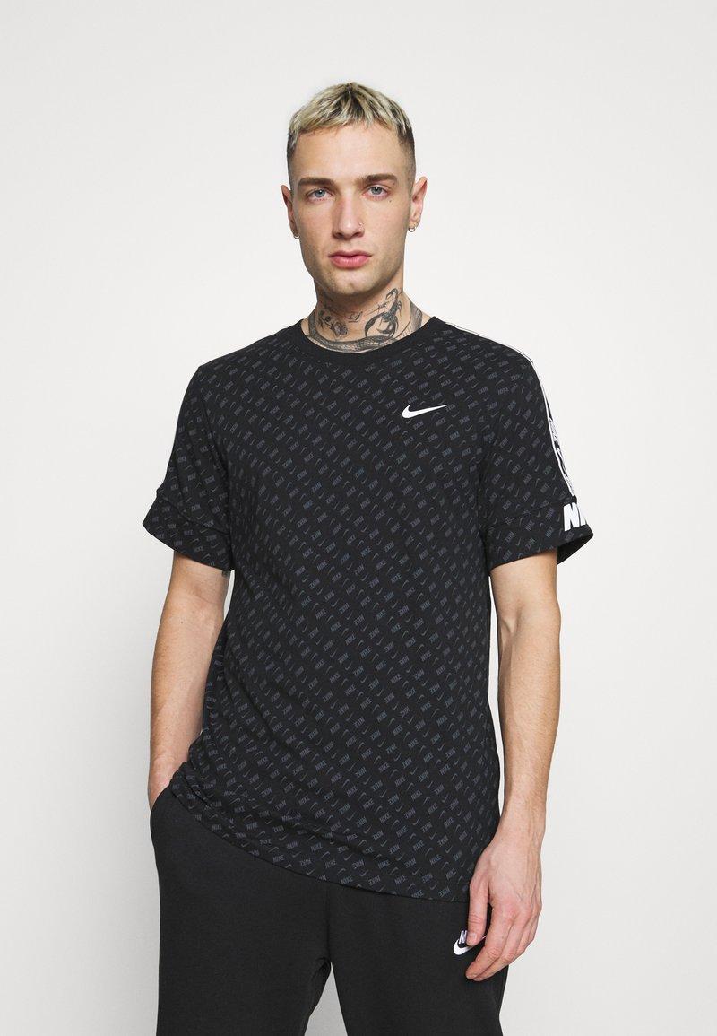 Nike Sportswear - REPEAT TEE - T-shirt med print - black/white