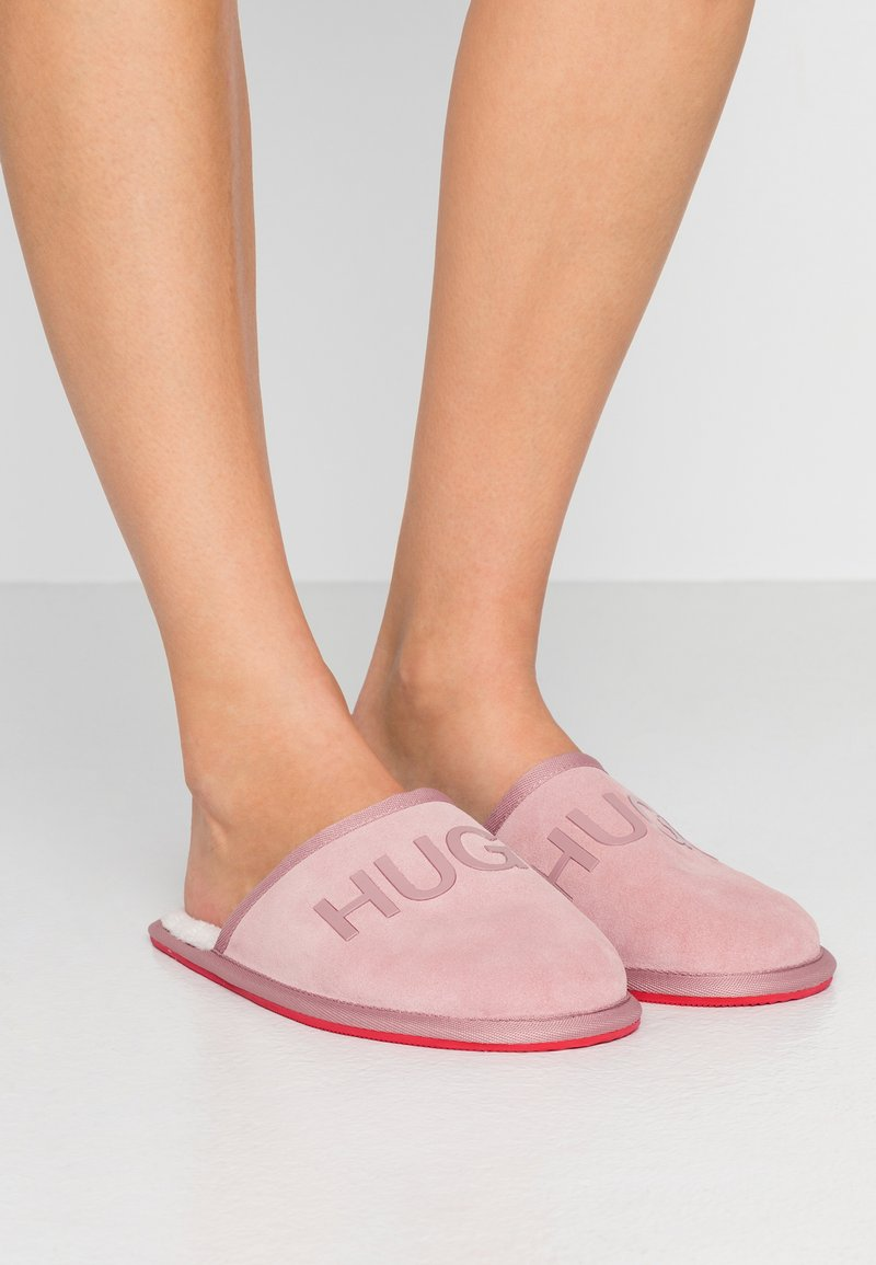 HUGO - COZY - Kapcie - light pink