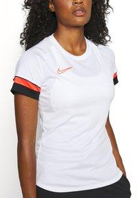 Nike Performance - W NK DF ACADEMY21  - T-shirt sportiva - white/black/bright crimson - 5