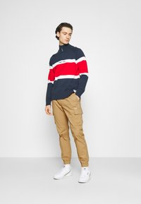 Tommy Jeans - ETHAN JOGGER - Cargo trousers - classic khaki - 1