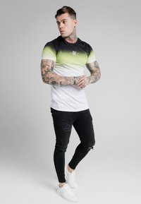SIKSILK - SIKSILK HIGH FADE TEE - Print T-shirt - tri neon - 1