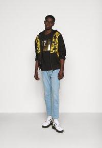 Versace Jeans Couture - SLIM BIG FOIL - Triko spotiskem - black - 1