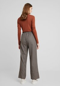 And Less - MALENA PANTS - Kalhoty - caviar