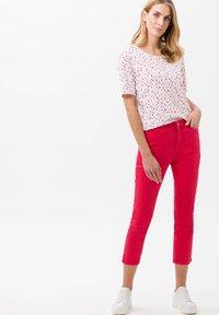 BRAX - STYLE CARO  - Slim fit jeans - pink - 1