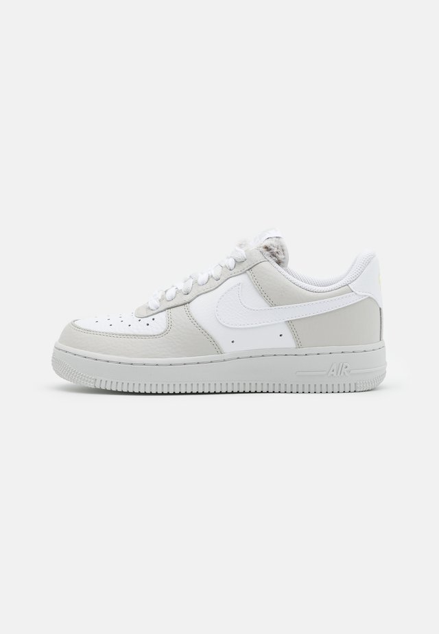 AIR FORCE 1 - Tenisky - light bone/white/photon dust/life lime/baroque brown/olive grey
