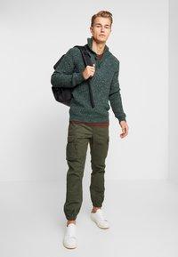 Superdry - RECRUIT FLIGHT GRIP - Pantalones cargo - four leaf clover - 1