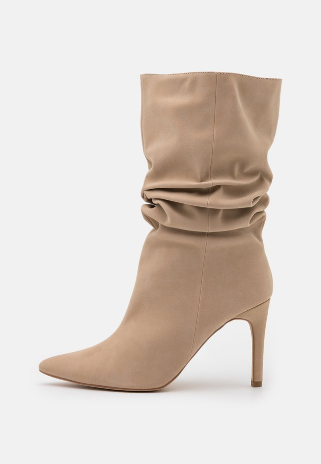 RUCHED STILLETO BOOTS - Kozaki - sand