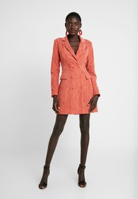 Missguided Tall - BUTTONED BLAZER DRESS - Vestido camisero - coral - 2