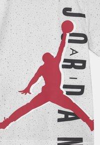 Jordan - BIG VERT SET - T-shirt med print - gym red - 3