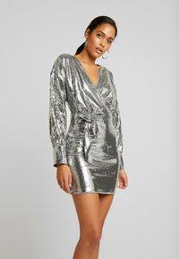 Missguided - SEQUIN PLUNGE BELTED MINI DRESS - Juhlamekko - silver - 0