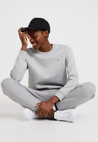 Tommy Hilfiger - HERITAGE CREW NECK  - Sweatshirt - light grey - 1